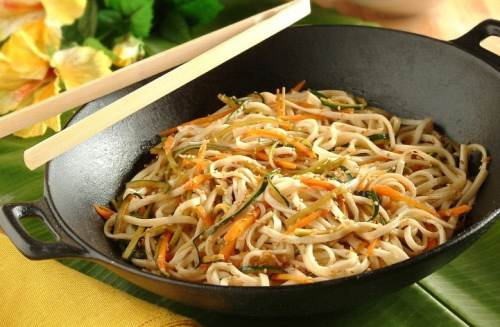 cucinare i noodles con pollo