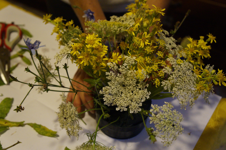 Come creare una composizione con i fiori di campo e mele for Fiori verdi