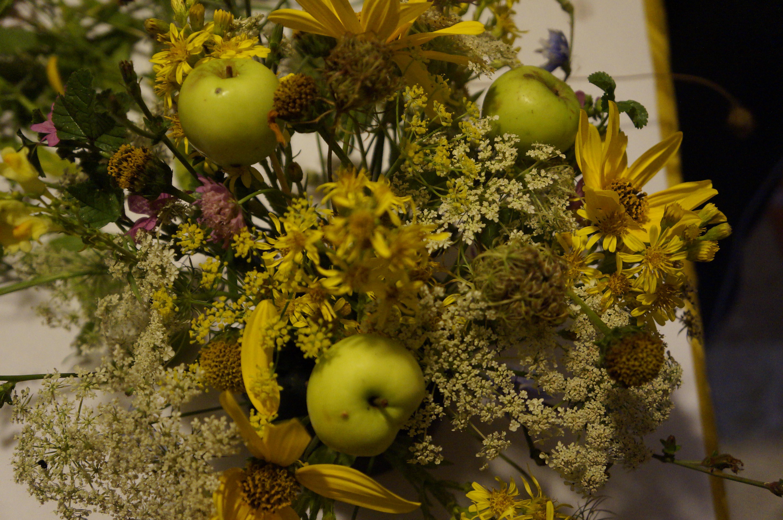 Come creare una composizione con i fiori di campo e mele for Tipi di fiori
