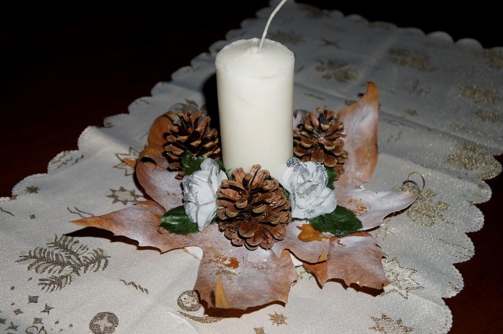 Centrotavola natalizio con candela - Decorazioni natalizie con candele ...