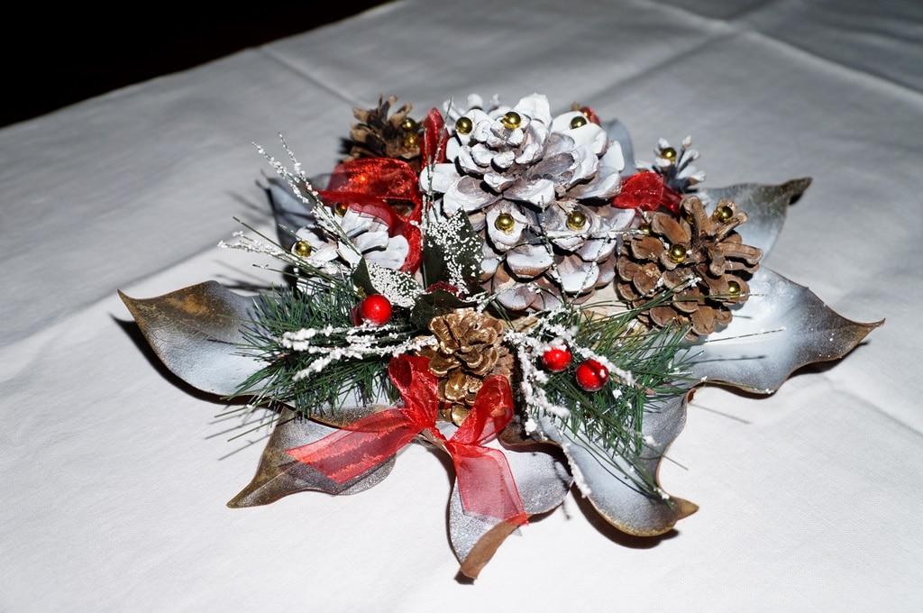 Centrotavola natalizio con le pigne for Centrotavola natale pigne