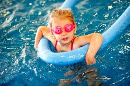 Cosa mettere nel borsone della piscina - Borsone piscina bambina ...