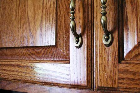 le macchie di grasso hanno la tendenza a passare inosservate accumulandosi fino a quando non diventano visibili e danneggiando il legno dei vostri mobili