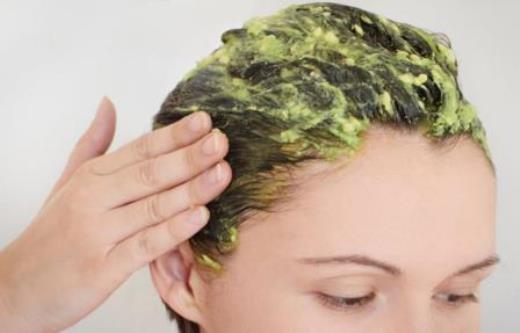 Trattamento capelli con maschera avocado