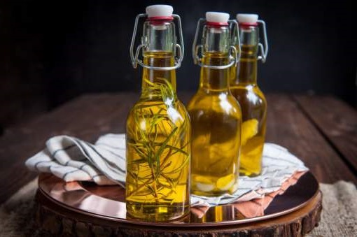 Aromatizzare olio di oliva con agrumi o aglio