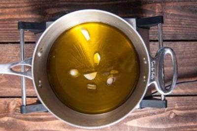 Olio aromatizzato con olio e erbe