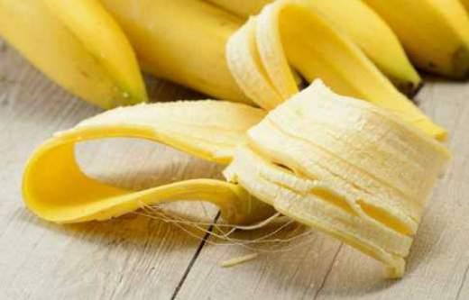 eliminare i brufoli con la buccia di banana