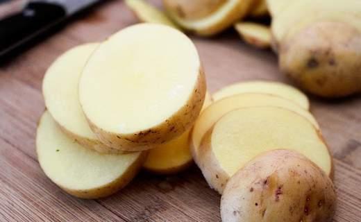 trattare gli occhi gonfi con le patate