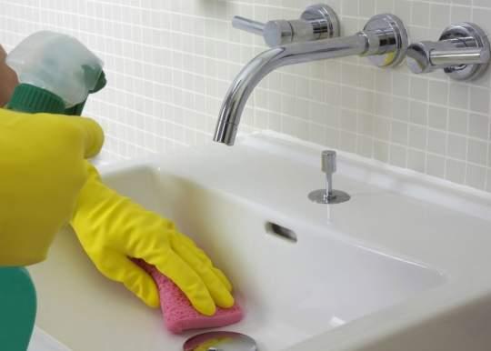 pulizia del lavandino