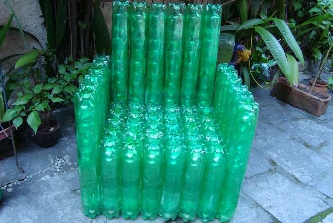 Costruire una poltrona con bottiglie di plastica riciclo creativo