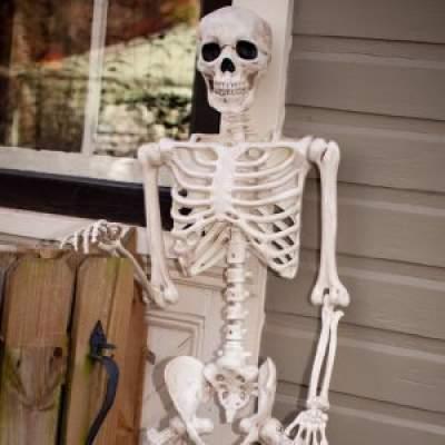 scheletro finto di halloween