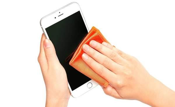 pulire schermo telefono