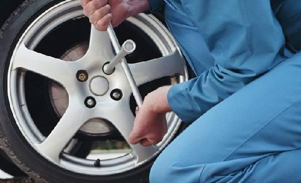 chiave per cambiare le ruote alla macchina
