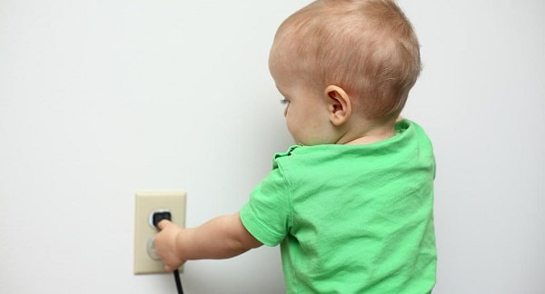 mettere in sicurezza le prese di corrente per i bambini