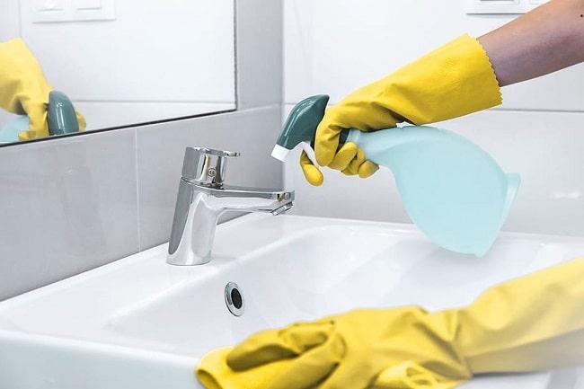 pulire il bagno e la cucina