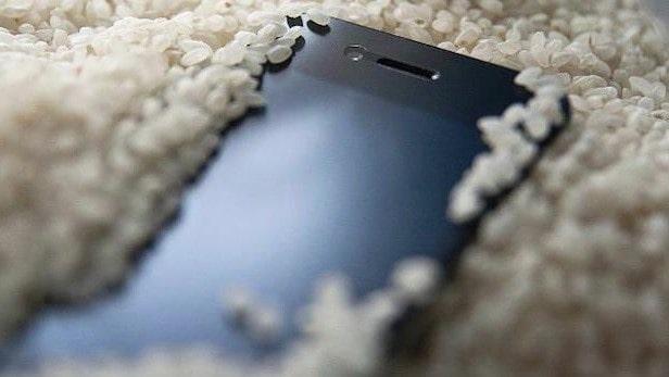 smartphone caduto in acqua
