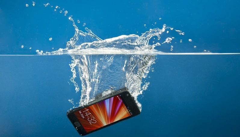 smartphone caduto dentro acqua