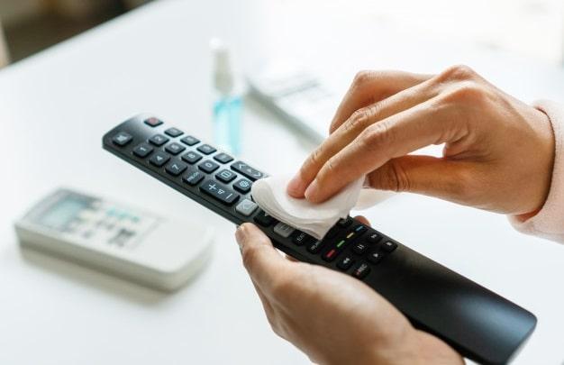 pulire il telecomando della televisione a schermo piatto