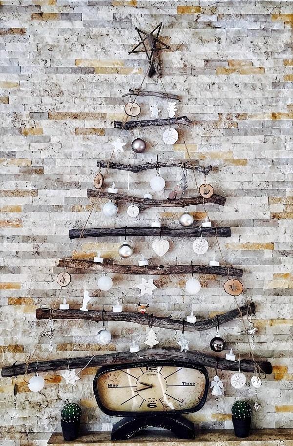 albero di natale appeso al muro