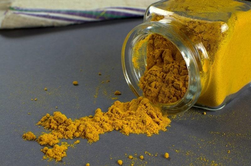 fare colorante naturale arancione con la curcuma