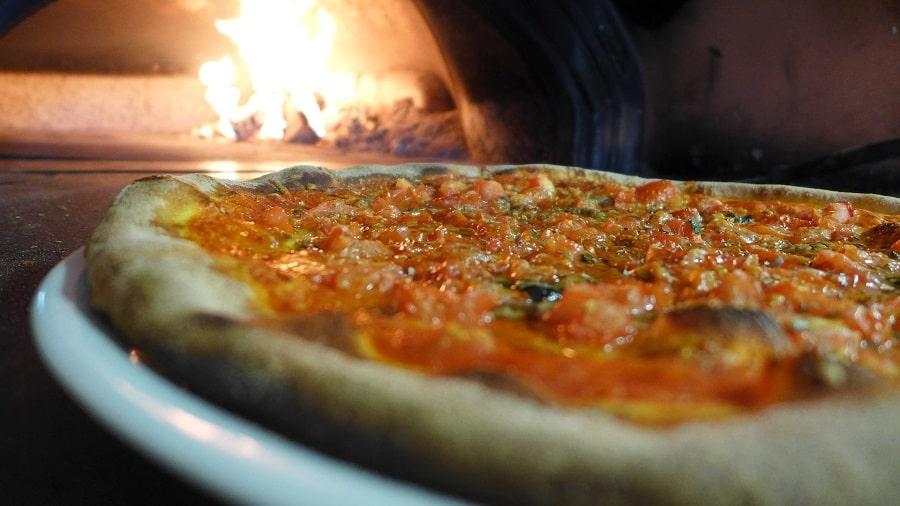 cuocere la pizza con la pietra refrattaria
