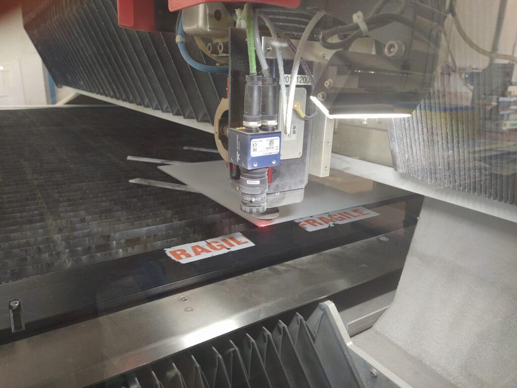 taglio laser teca in plexiglass